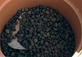 Aggiunta di argilla espansa sul fondo del vaso